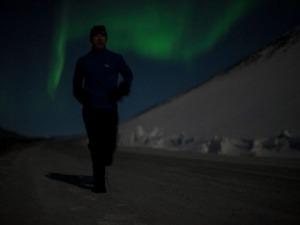 Filme mostra maratona com Aurora Boreal ao fundo, no extremo norte da Terra