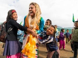 Após inaugurar escola no Nepal, Karina Oliani segue em busca do sonho de alcançar o cume do Everest pela face Norte