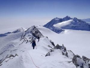 Empresário lança livro contando a experiência de escalar o monte Vinson, na Antártida