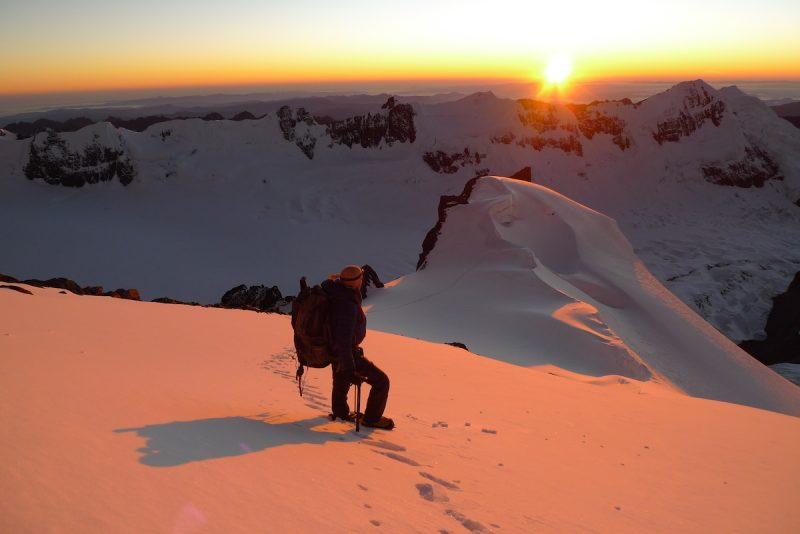 Maximo contemplado o amanhecer a 6000m no Chaupi Orko - Foto: Pedro Hauck/Maximo Kausch