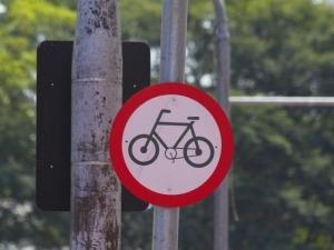 Dicas para pedalar tranquilo no inverno