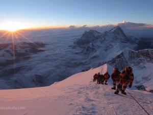 Vídeo mostra os detalhes de um ataque ao cume do Everest