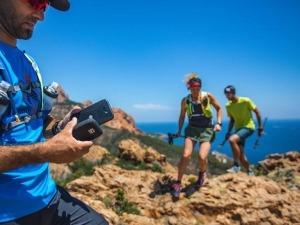 Corredores recebem vídeos de amigos no meio de prova de montanha