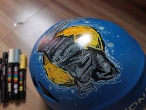 """Paulistana usa capacetes como """"telas"""" para pintar montanhas"""