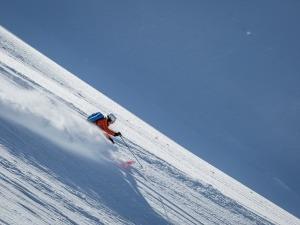 Brasileira encara as montanhas do Alasca em série de ski extremo