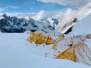 É possível escalar uma montanha com mais de 8.000m em 5 dias?