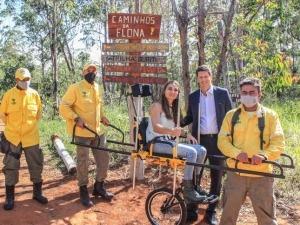 Parques Nacionais recebem cadeiras de rodas adaptadas para que pessoas com deficiência acessem trilhas